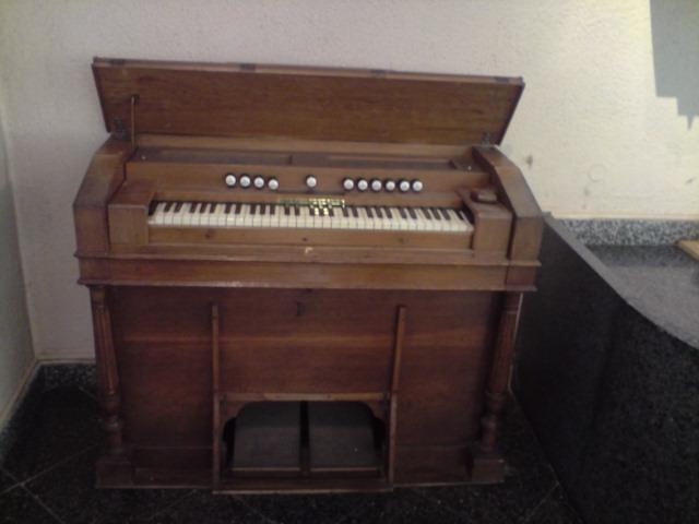 Harmonium inconnu et harmonium Christophe et Etienne P2405110