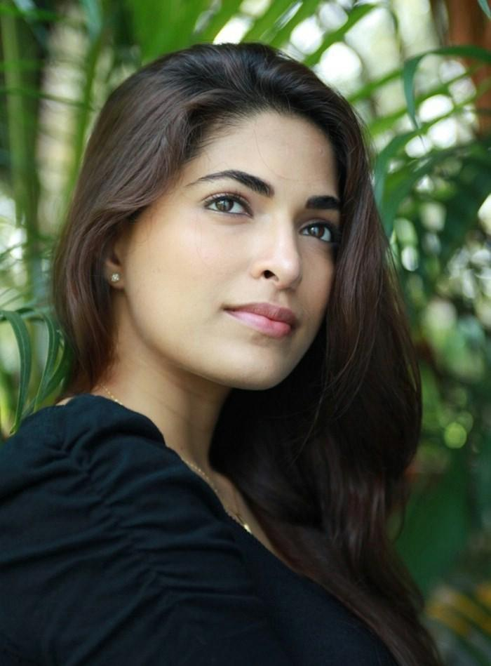 Parvathy Omanakuttan in Black Dress  Photo Set Parvat30