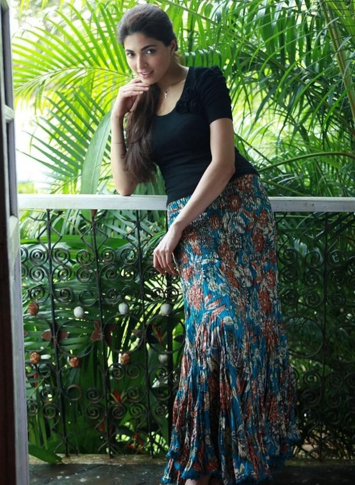 Parvathy Omanakuttan in Black Dress  Photo Set Parvat31