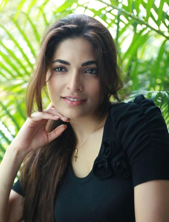 Parvathy Omanakuttan in Black Dress  Photo Set Parvat35