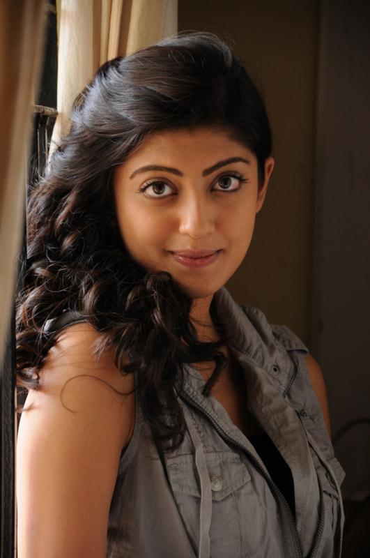 ப்ரனிதா சகுனி கேலரி [ Pranitha in Saguni Movie Gallery ] Pranit11