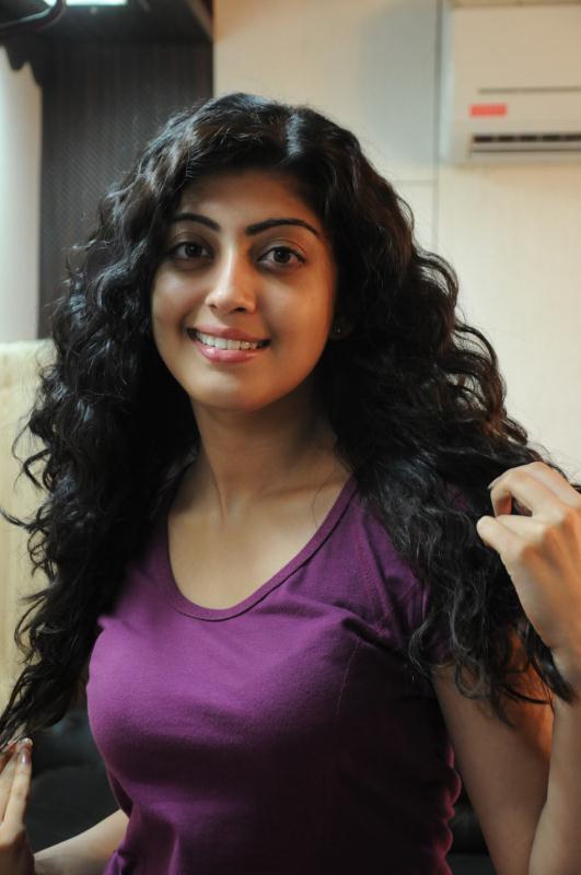 ப்ரனிதா சகுனி கேலரி [ Pranitha in Saguni Movie Gallery ] Pranit12