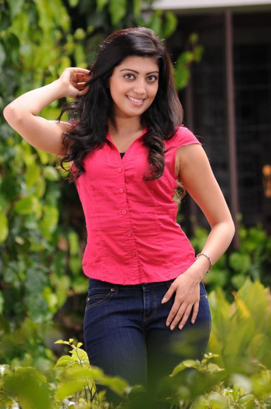 ப்ரனிதா சகுனி கேலரி [ Pranitha in Saguni Movie Gallery ] Pranit16