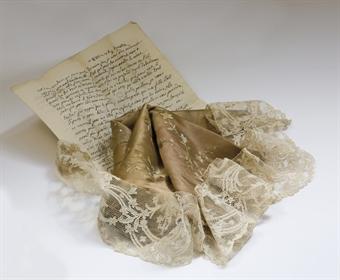 Pan de robe et 6 volants portés par la Reine D5126710