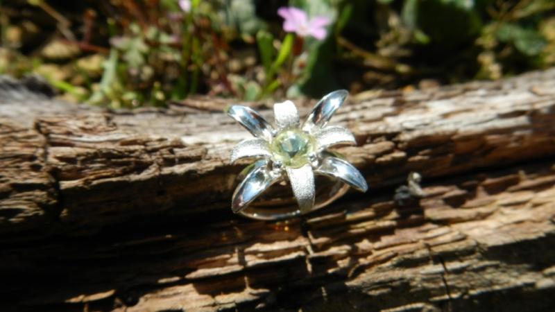 Petite bague fleur argent 925 et chrysobéryl  Dscn0227