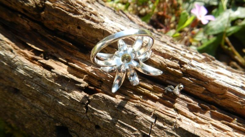 Petite bague fleur argent 925 et chrysobéryl  Dscn0229