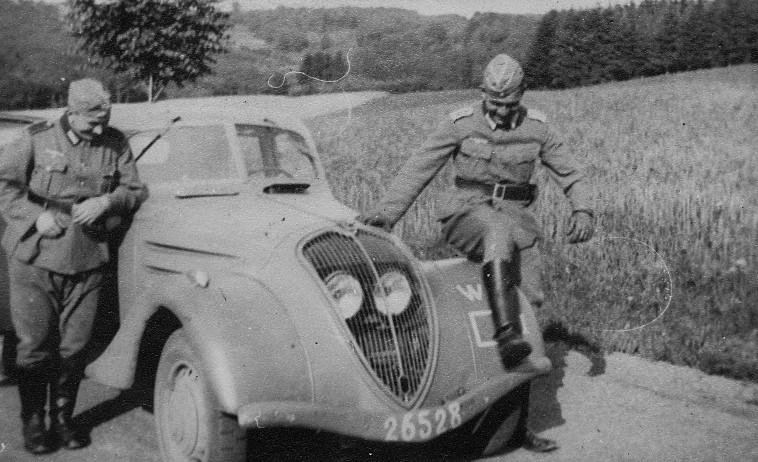 automobile en uniforme - Page 2 Peugeo11
