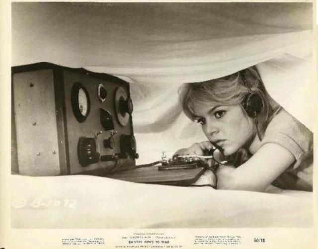 Radio... (non identifié) & TSF - Page 3 Brigit10