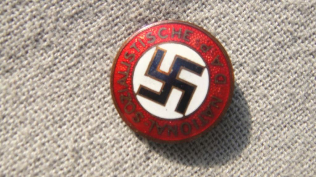 Badge du parti 49132411