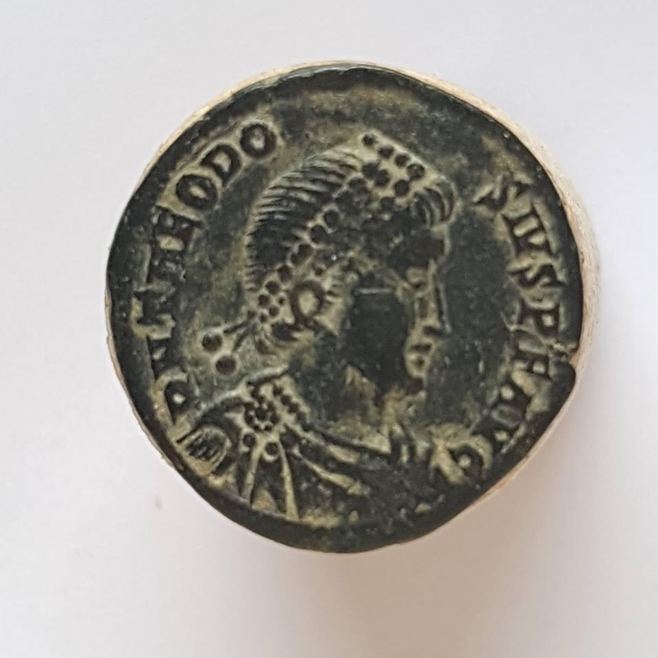 Decargiro de Teodosio I. GLORIA ROMANORVM. Emperador con lábaro. Heraclea Teodos10
