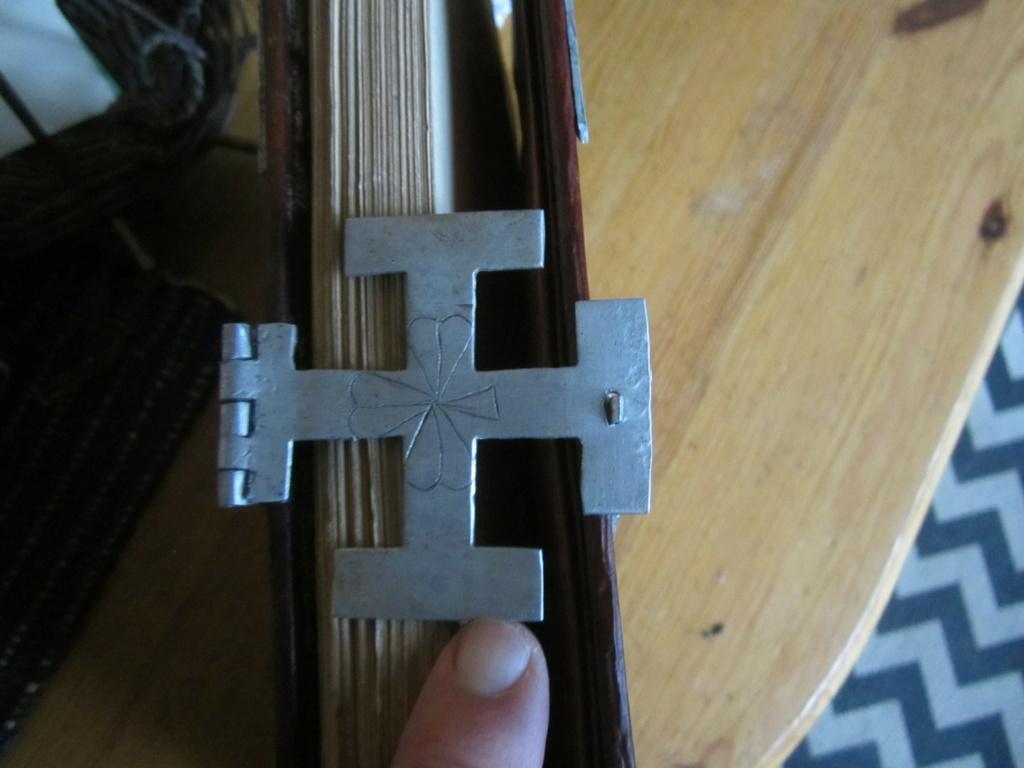 insigne fabrication local sur livre en cuir mehariste?scout? Img_5112