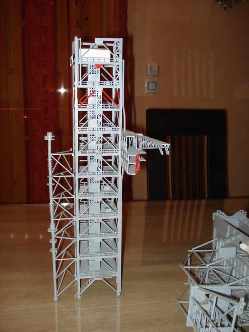 Recherche une maquette [Launch Tower Revell #4911 ] Dsc04011
