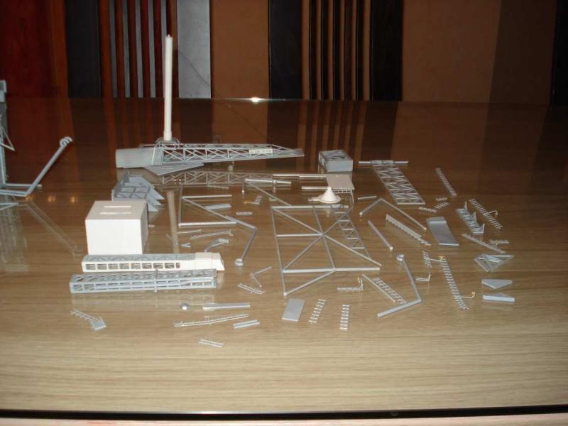 Recherche une maquette [Launch Tower Revell #4911 ] Dsc04013