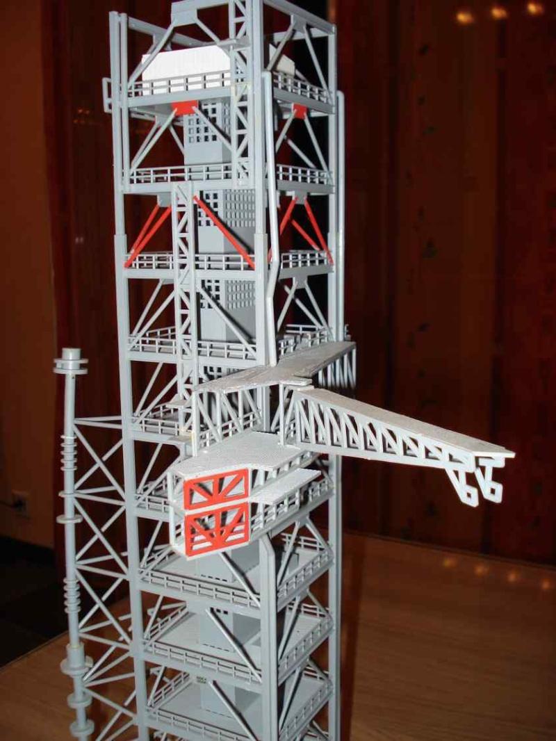 Recherche une maquette [Launch Tower Revell #4911 ] Dsc04112