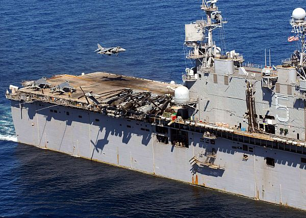 Amphibious assault ship (LHA - LHD - LPD) - Page 2 Web_0155
