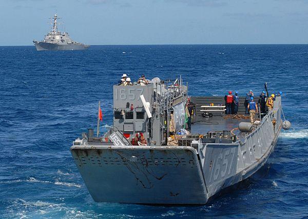 Amphibious assault ship (LHA - LHD - LPD) - Page 2 Web_0863