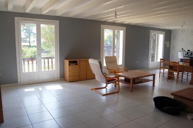 poutres au plafond et papier peint. Black Bedroom Furniture Sets. Home Design Ideas