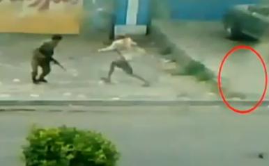 عجوز يمني يتحدّى رصاص الحرس الجمهوري Yamane10