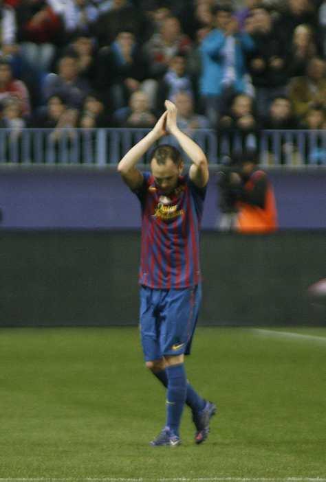 La Rosaleda recompensó a Iniesta por el Mundial 2012-010