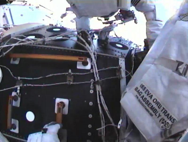[STS-135] Atlantis: Déroulement de la mission.   - Page 3 Eva110