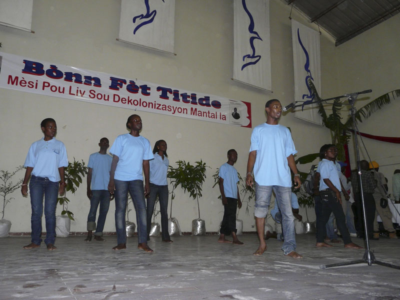 A thousand supporters fete former Haiti leader Jen-at10