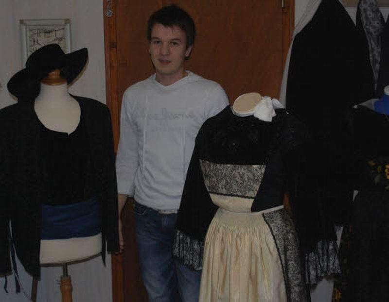 Christophe Le Guern à la recherche de documents et de témoignages sur les costumes de Brasparts Christ10