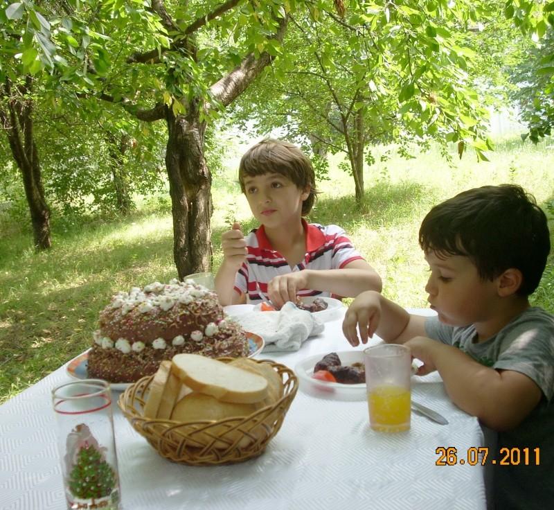 O familie fericita-familia Apetroaie-azi Tudorel a implinit 9 ani. Ziua_l21
