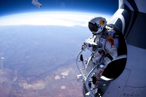 Incroyable saut en chute libre à 22 km d'altitude 9883b610