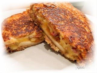 Grilled cheese au trio de cheddars, aux pommes caramélisées et au bacon Grille10