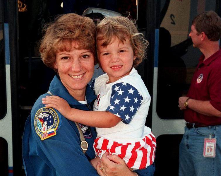 Eileen Collins - 1ère pilote et 1ère commandante de STS  Ksc-9910