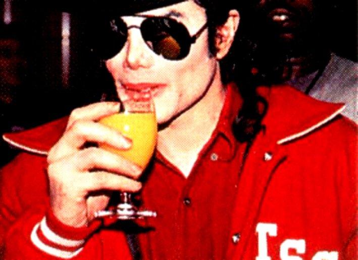 Immagini Michael Jackson che mangia e beve. - Pagina 14 Beve10