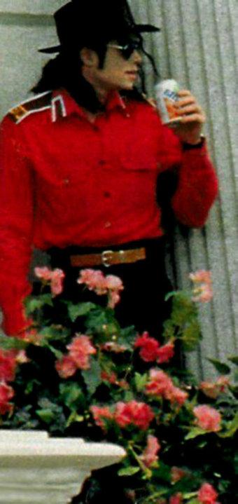 Immagini Michael Jackson che mangia e beve. - Pagina 14 Beve210