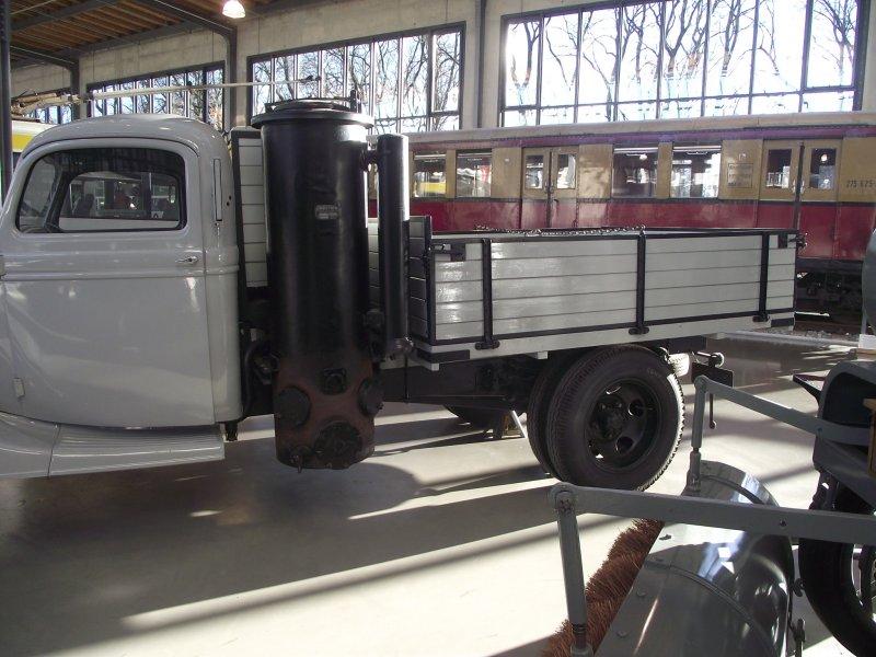 FORD V8 LKW Typ 51 mit Holzgasgenerator 2011_065
