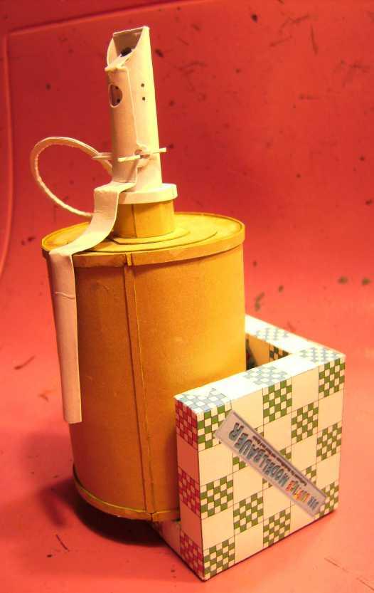 Kartonmodell einer Handgranate 1:1 FERTIG Bild7036