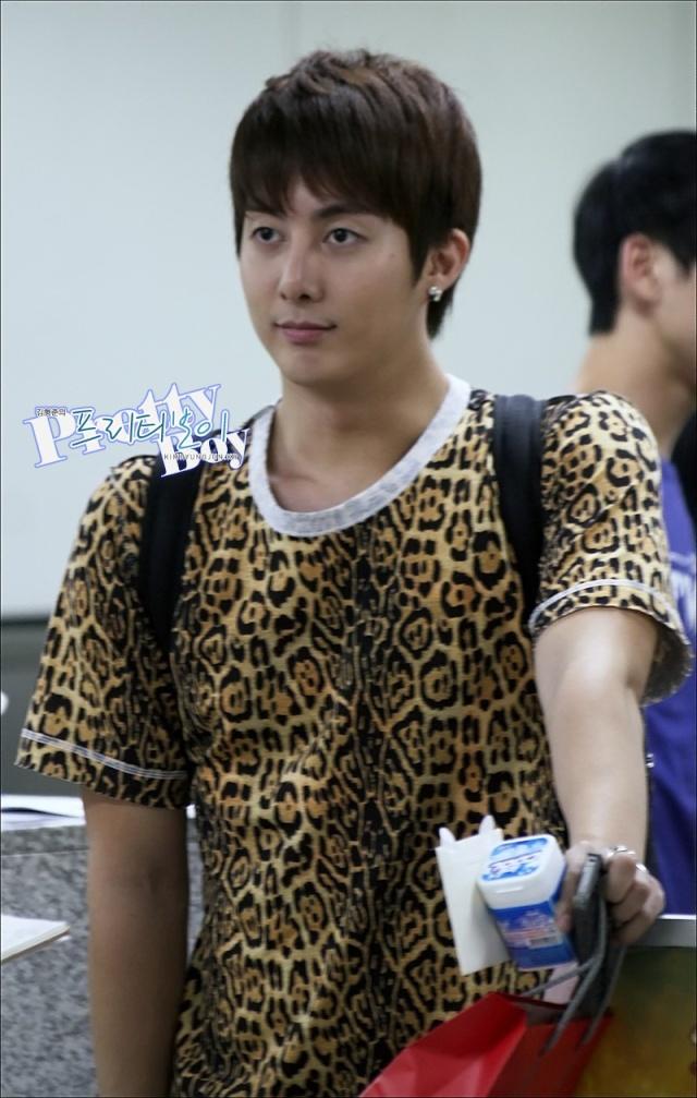 [photos] HyungJun @ Gimpo Airport off to Japan 18.08.11 Ga310