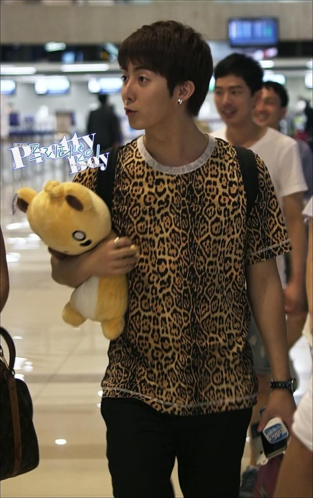 [photos] HyungJun @ Gimpo Airport off to Japan 18.08.11 Ga610