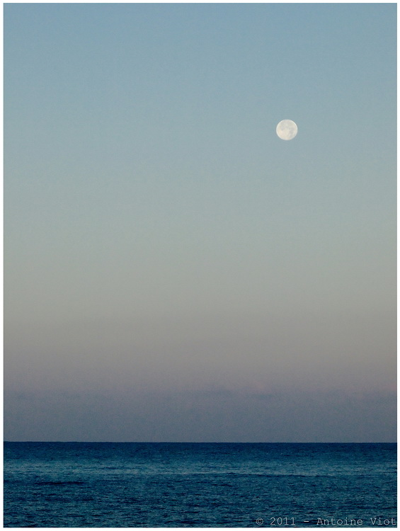 Lune au-dessus de la mer, au lever du soleil (rajout d'un bateau le 19.10) P7164610