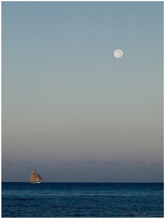 Lune au-dessus de la mer, au lever du soleil (rajout d'un bateau le 19.10) P7164611