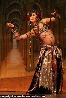 Zéphira Volturi : a bellydancer , a snakecharmer Rachel10