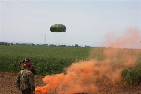 Les parachutistes du Pathfinder group sautent sur Sannerville 2012_011