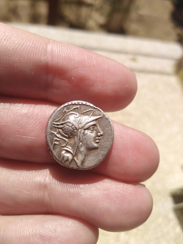 Denario de la gens Junia. D. SILANVS. L. F - ROMA. Victoria guiando biga a dcha. Roma. Img_2106