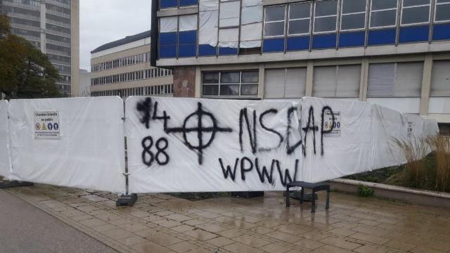 Des tags néonazis découverts vendredi devant la faculté de droit Univer10