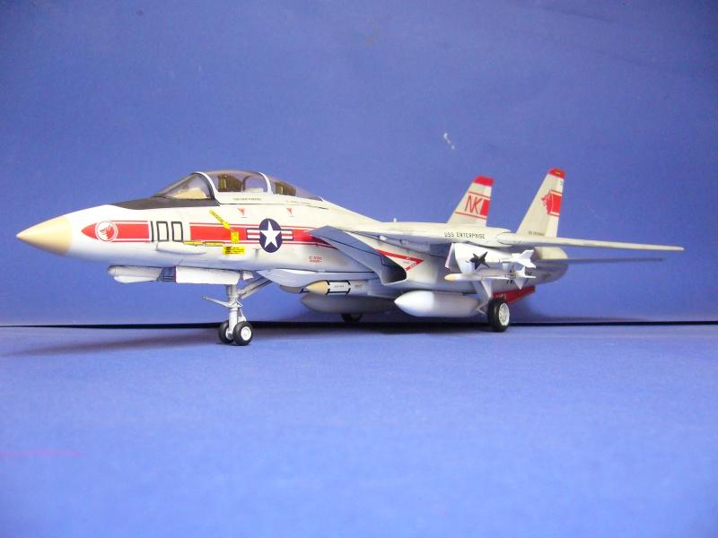 La vitrine de French Air Kit, les avions aux couleurs étrangères P1020334