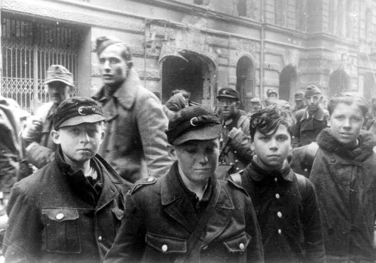 Les Jeunesses hitlériennes - Les enfants du Reich !!! 1945be10