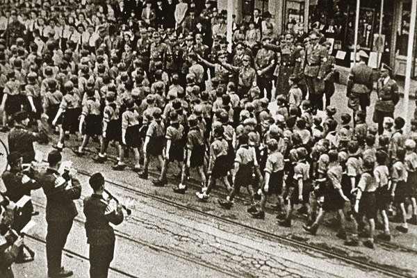 Les Jeunesses hitlériennes - Les enfants du Reich !!! Hitler10