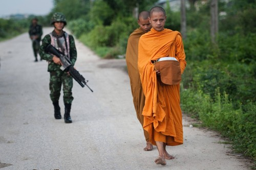 En Thaïlande, des temples transformés en casernes En_tha10