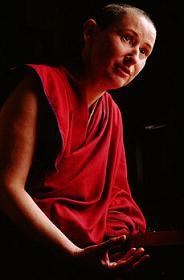 Pourquoi les religieux bouddhistes gardent-ils le bras droit découvert ? Marie-10