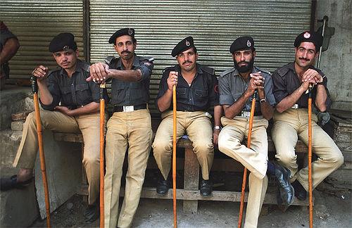 Pakistan: un handicapé mental lynché pour avoir brûlé le Coran Police11