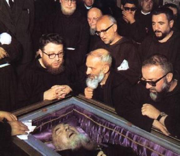 Padre Pio exposé le 24 avril2008 PHOTOS REPORTAGES 04030810