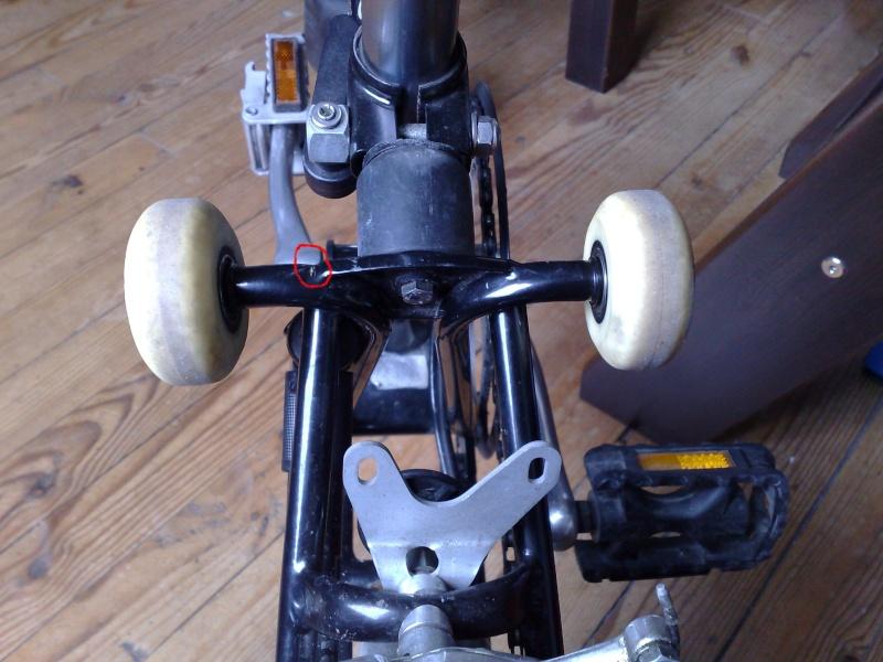 roulettes - Casse des supports roulettes / S'asseoir sur le Brompton plié 13072010